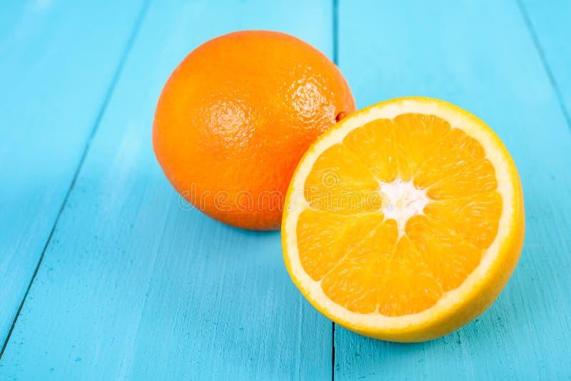 Nya apelsiner på turkos royaltyfri fotografi