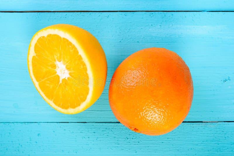 Nya apelsiner på turkos arkivbild