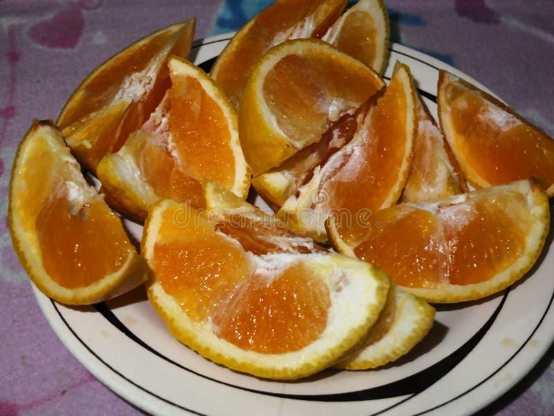 Nya apelsinstycken för skivor i en maträtt royaltyfri fotografi