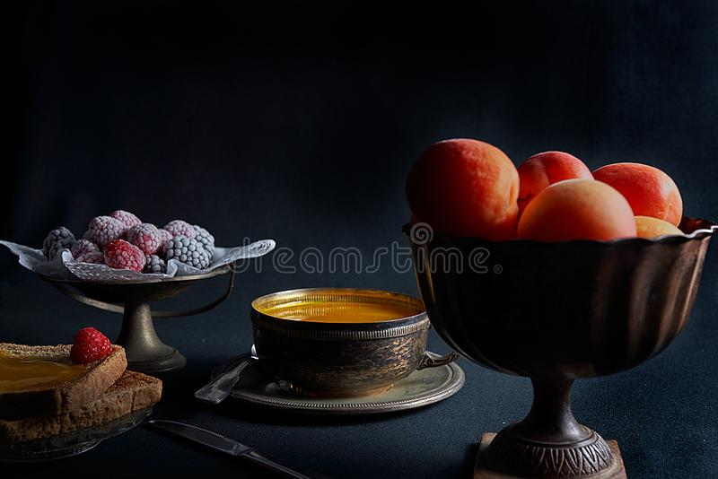 Nya aprikors, hemlagat aprikosdriftstopp, rostat bröd, björnbär och hallon arkivfoto