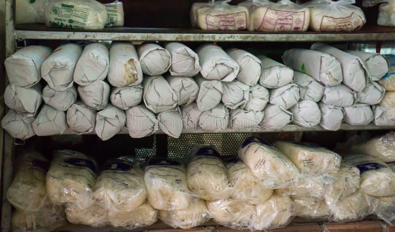 Nya asiatiska nudlar i en hylla på en lokal bondes marknad arkivbilder