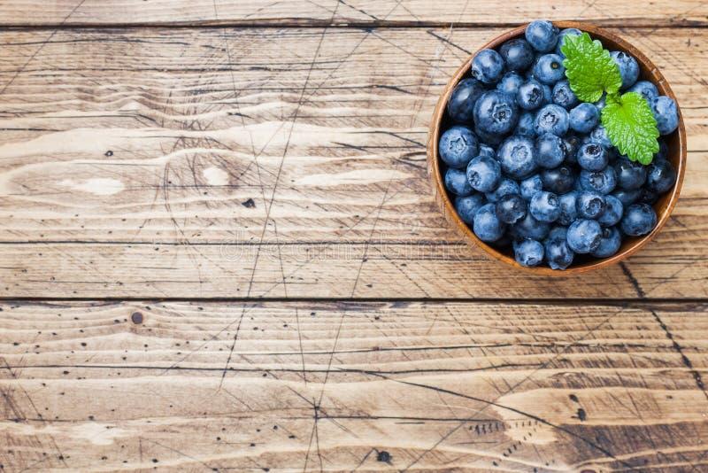 Nya bär av mogna blåbär i en träplatta arkivbilder