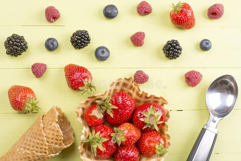 Nya bärfrukter som är klara för glass arkivfoto