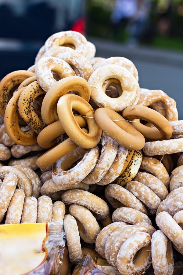 Nya baglar på den till salu marknaden Traditionell bagelbakgrund royaltyfri fotografi