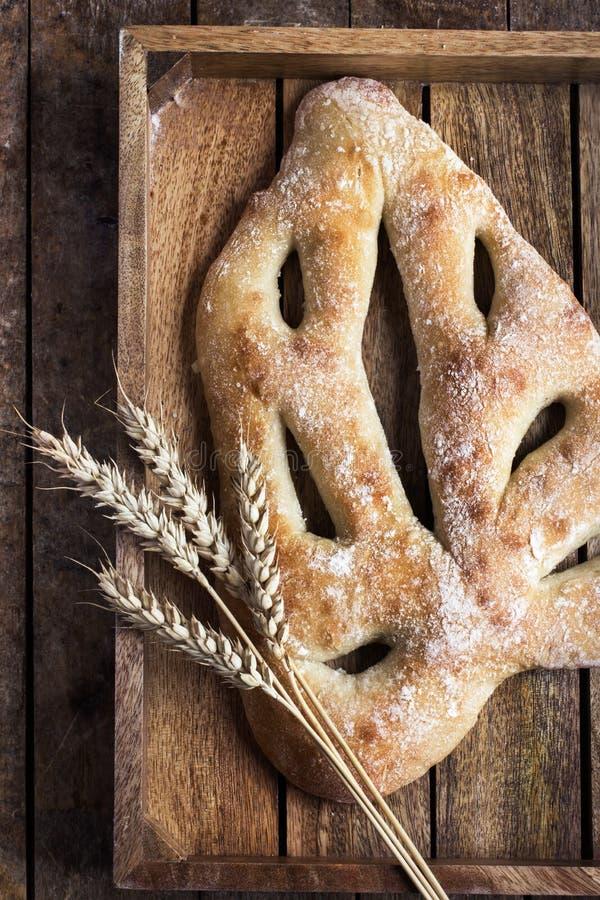 Nya bakade Fougasse, traditionellt franskt bröd, royaltyfria bilder