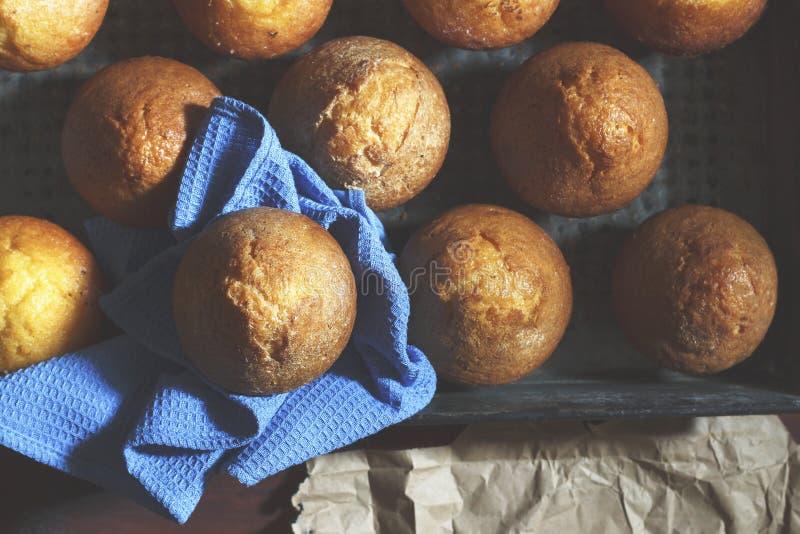 Nya bakelser i bagerit eller de hemlagade kakorna arkivbild