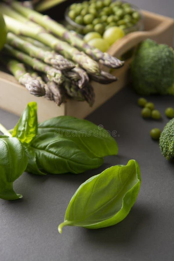 Nya basilikasidor med gröna grönsaker på bakgrund sund begreppsmat royaltyfria bilder