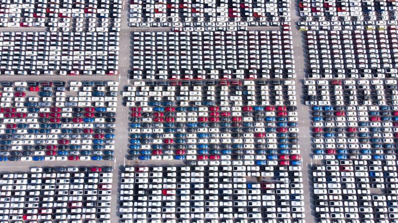 Nya bilar från bilfabriken som parkeras på porten som väntar på exp arkivbild
