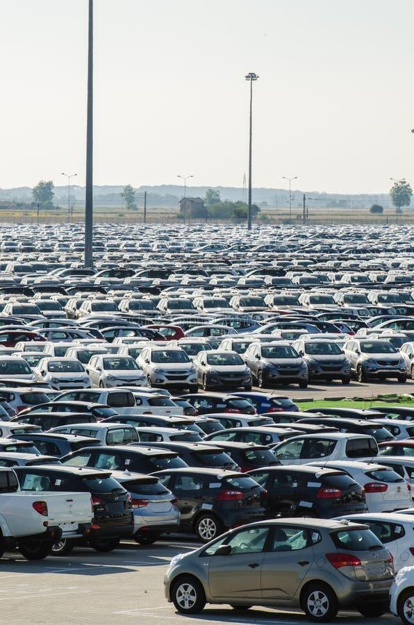 Nya bilar som parkeras på fördelningsmitten arkivbilder