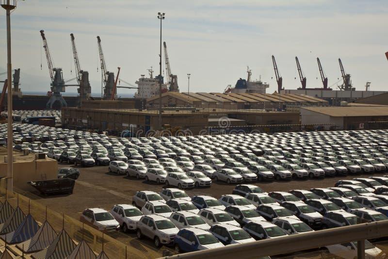 Nya bilar ställde upp i porten av Eilat (Israel) arkivbilder