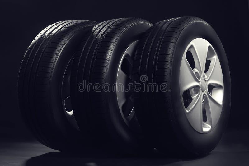 Nya bilgummihjul med kanter arkivfoto