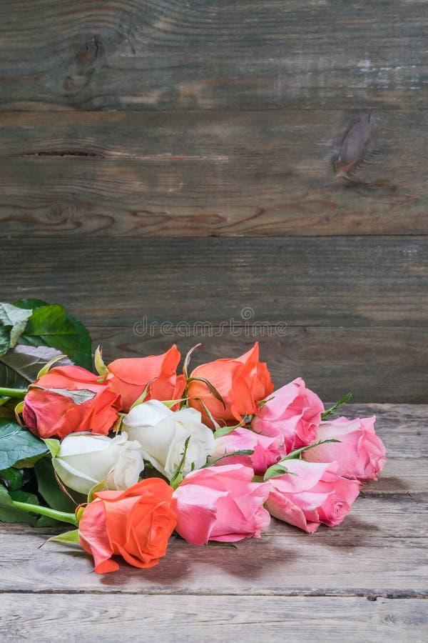 Nya blommor på träbakgrund arkivfoto