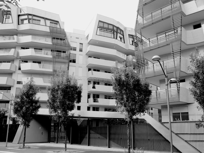 Nya bostads- byggnader i Milan, Italien i svartvitt royaltyfri foto