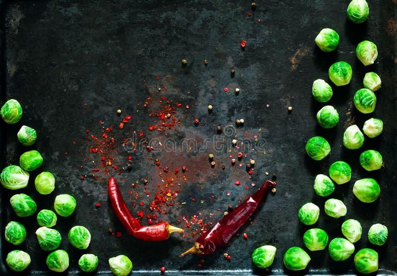 Nya brussels groddar och kryddor på rostig metallbakgrund för tappning, grönsaker för sund matlagning, lekmanna- lägenhet, kopier arkivfoton