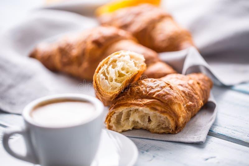 Nya buttery giffel med kaffe Sött morgonfrukostbegrepp royaltyfria bilder