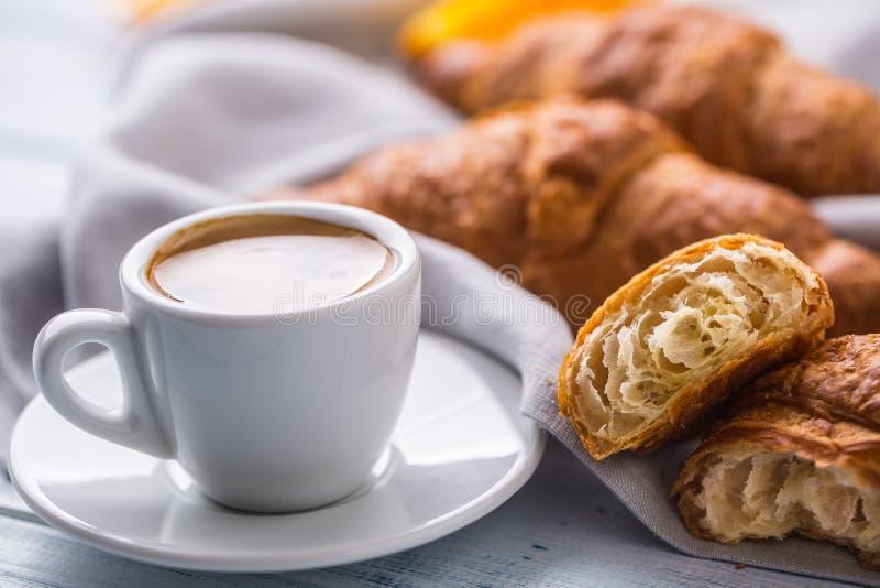 Nya buttery giffel med kaffe Sött morgonfrukostbegrepp arkivfoto