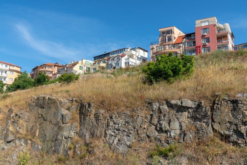Nya byggnader på den högsta delen av Sozopol i Bulgarien royaltyfri bild