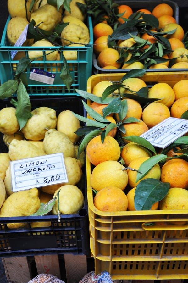 Nya citroner, apelsiner och andra frukter och grönsaker på en gatamarknad i Sorrento, Amalfi kust i Italien arkivbild