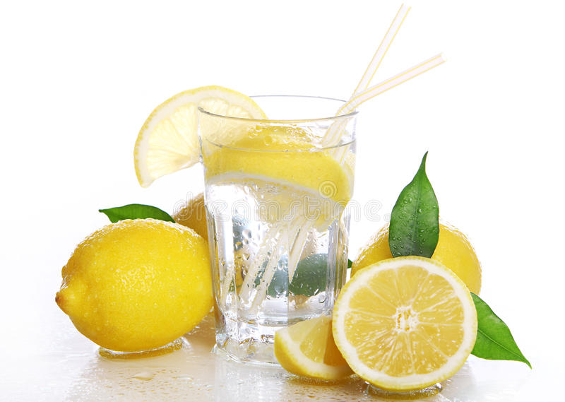 nya citroner för coctail arkivbilder