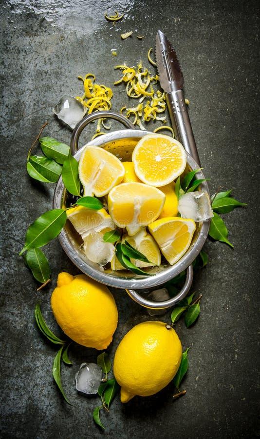 Nya citroner i en kastrull med sidor och piff arkivfoton