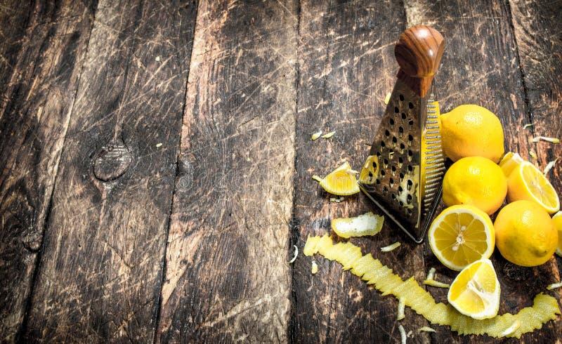 Nya citroner med ett rivjärn arkivbild