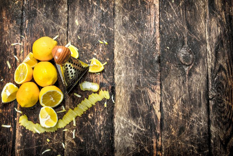Nya citroner med ett rivjärn royaltyfria foton