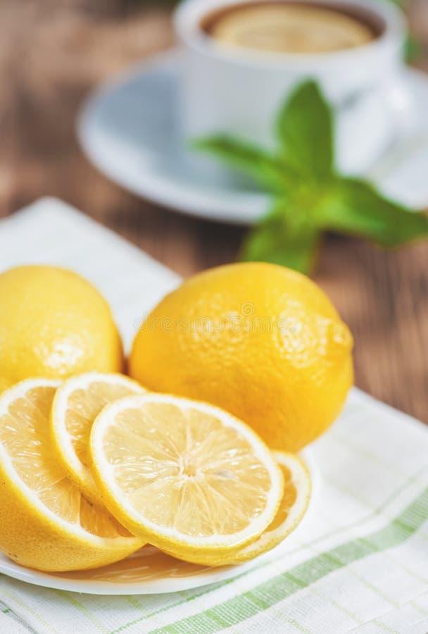 Nya citroner på den gamla tabellen arkivbild