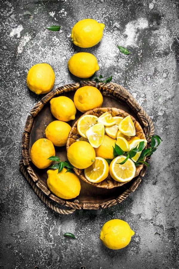 Nya citroner på ett magasin royaltyfri bild
