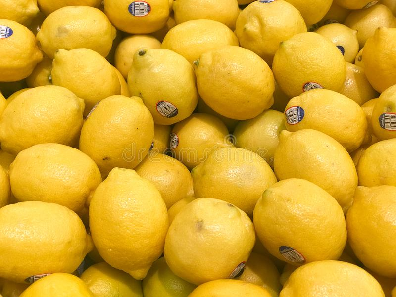 Nya citroner som är till salu i en livsmedelsbutik royaltyfri bild
