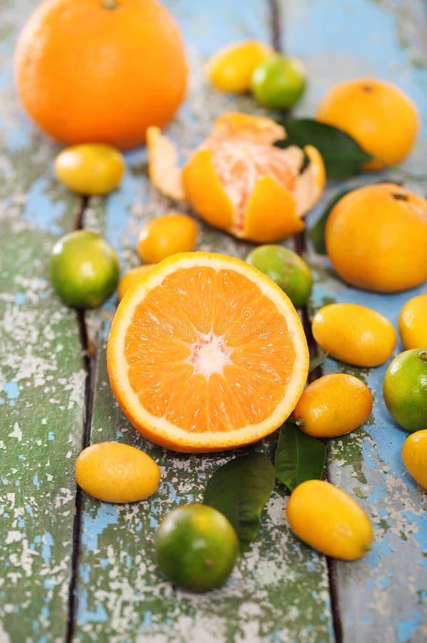 Nya citrusfrukter på det trä bordlägger arkivbild