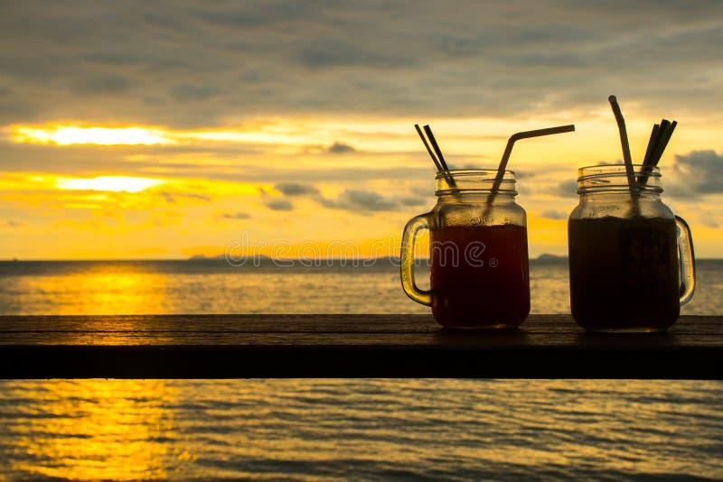 Nya coctails med ett tropiskt paradis sätter på land med solnedgången, Koh Samui, Thailand royaltyfri fotografi