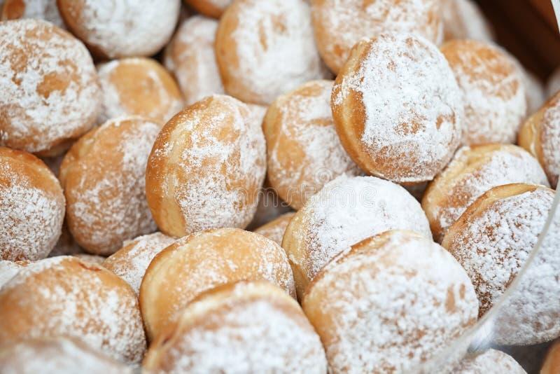 Nya donuts i bageri arkivbild