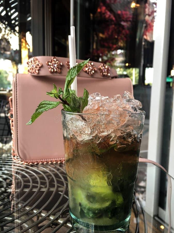 Nya drinkcoctailar i Sofia Bulgaria royaltyfri fotografi