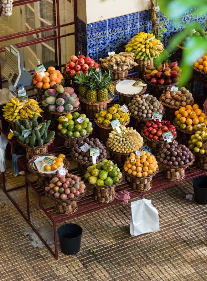 Nya exotiska frukter i Mercado Dos Lavradores funchal madeira fotografering för bildbyråer