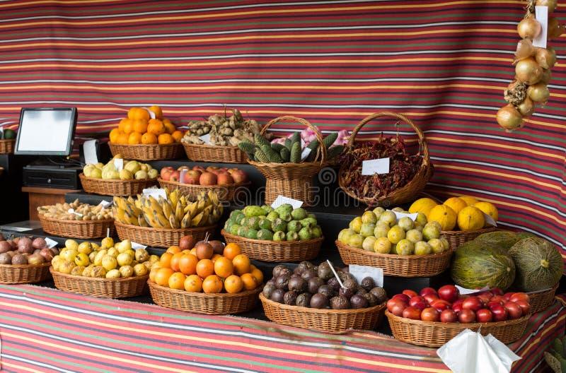 Nya exotiska frukter i Mercado Dos Lavradores Funchal madeira, royaltyfri foto