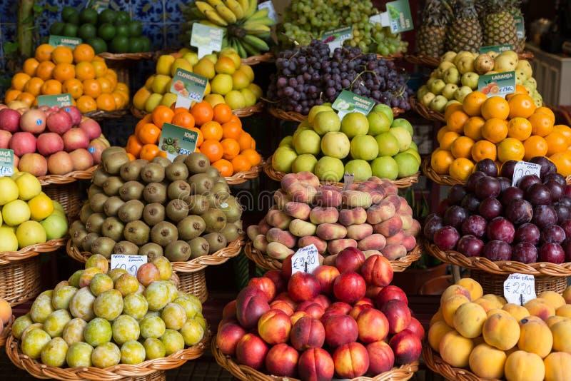 Nya exotiska frukter i Mercado Dos Lavradores funchal madeira royaltyfria foton