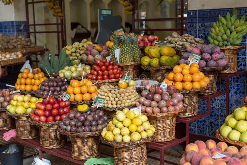 Nya exotiska frukter i Mercado Dos Lavradores Funchal madeira, arkivfoto