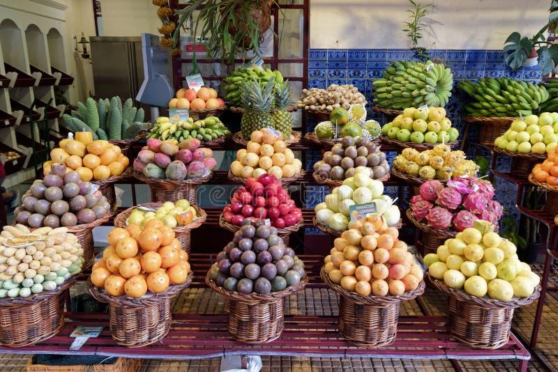 Nya exotiska frukter på en marknad i Funchal, madeira arkivfoton