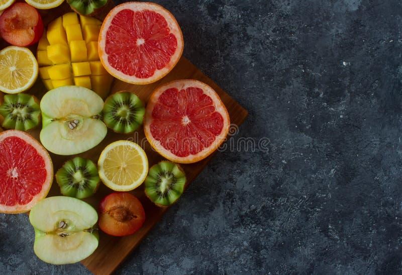 Nya färgrika organiska frukter, blandad fruktbakgrund, sund livsstil som bantar royaltyfria bilder