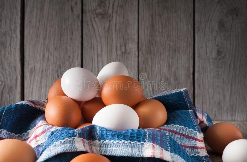 Nya fega bruna ägg på lantligt trä, begrepp för organiskt lantbruk arkivbild