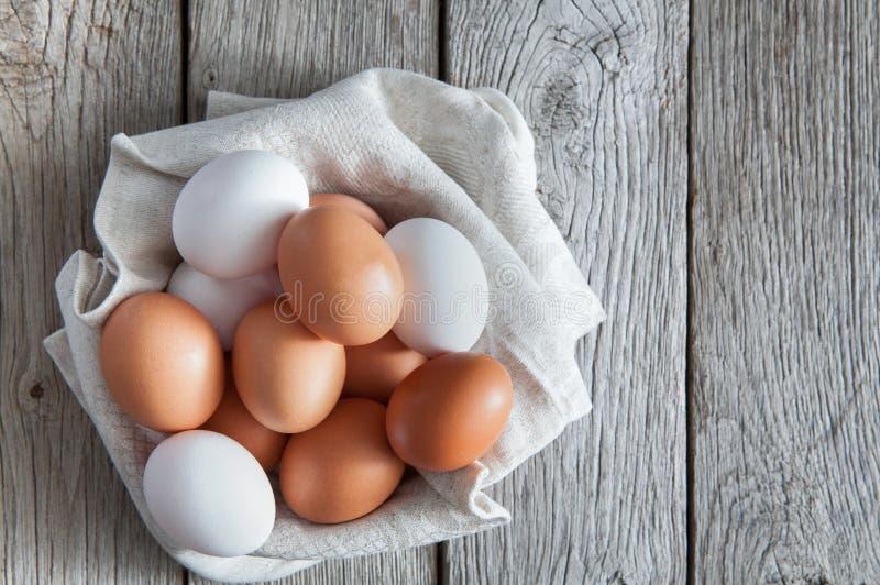Nya fega bruna ägg på lantligt trä, begrepp för organiskt lantbruk royaltyfria bilder