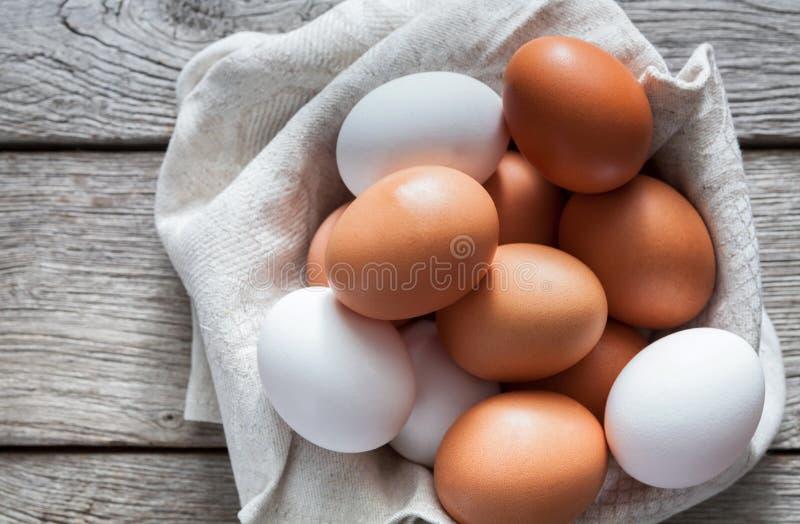Nya fega bruna ägg på lantligt trä, begrepp för organiskt lantbruk royaltyfri fotografi