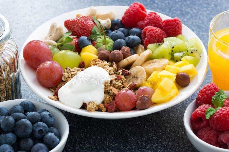 Nya foods för en sund frukost - bär, frukter, muttrar fotografering för bildbyråer