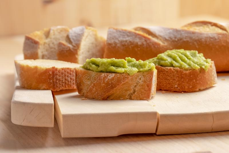 Nya frasiga avokadokrämsmörgåsar på skivat bräde arkivfoton
