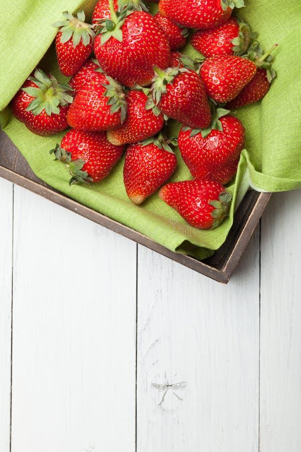 Nya frukter för bunkejordgubbe Sunt organiskt b?r Kopiera utrymme f?r text fotografering för bildbyråer