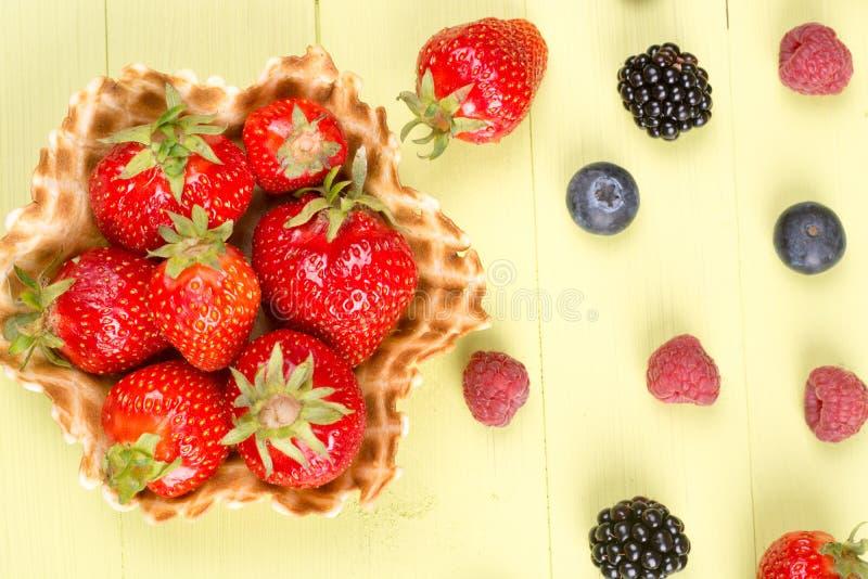 Nya frukter för glass på tabellen royaltyfria bilder