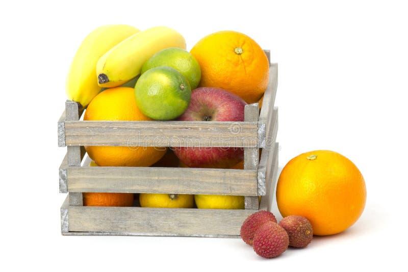 Nya frukter i en ask arkivfoton