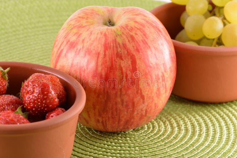 nya frukter jordgubbe äpple, druva royaltyfri foto