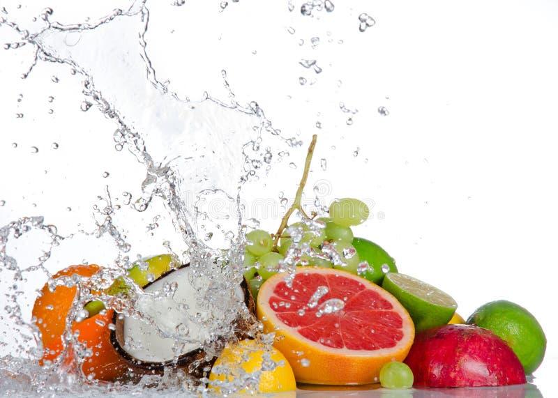 Nya frukter med bevattnar färgstänk royaltyfria bilder
