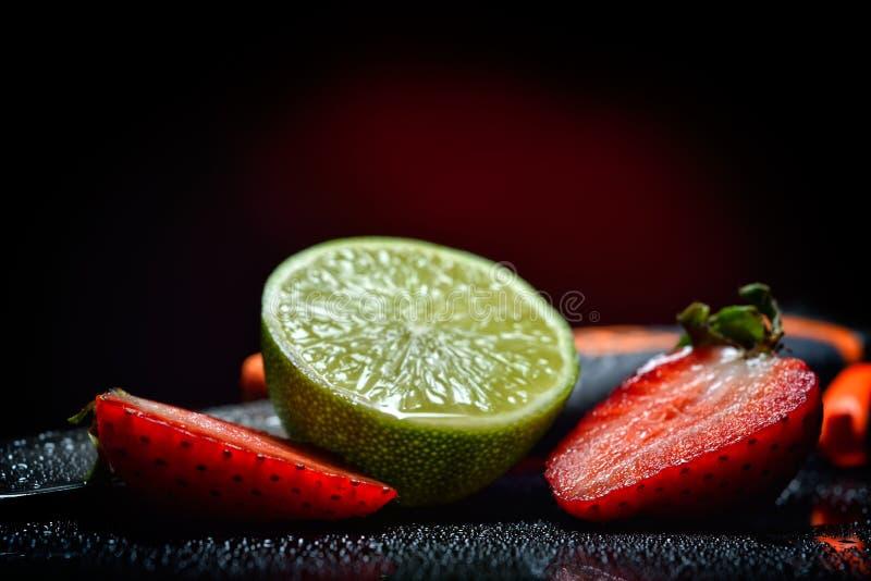 Nya frukter med waterdrops på dem royaltyfri bild